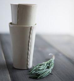 Hand Built tasses en porcelaine avec couture par taylorceramics