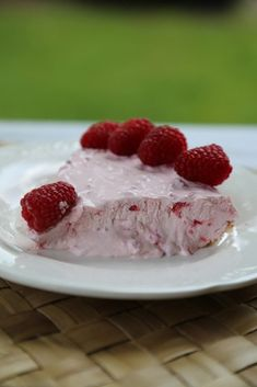 Easy homemade Raspberry No Bake Pie Recipe perfect for summer barbecues, picnics, birthday parties or family dessert. So easy to make! - #Bake #barbecues #birthday #Dessert #Easy #family #homemade #parties #perfect #picnics #Pie #raspberry #recipe #summer Brownie Recipes, Pie Recipes, Cookie Recipes, Dessert Recipes, Picnic Birthday, Birthday Parties, Summer Barbecue, No Bake Pies, Desert Recipes