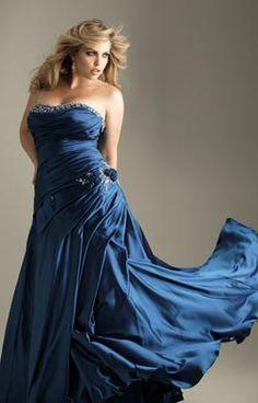 Vestidos de noche para gorditas 10 Vestido strapless color azul real escote corazón con aplicación de pedrerías. Bordado en la cadera y la falda con pliegues.