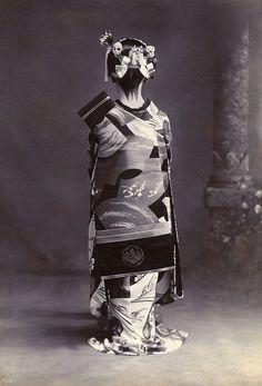 Osaka maiko in ceremonial dress, 1910