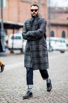 2017-01-20のファッションスナップ。着用アイテム・キーワードはPitti Uomo(ピッティ・ウォモ)91, コート, サングラス, デニム, ドレスシューズ,Pitti Uomo(ピッティ・ウォモ)etc. 理想の着こなし・コーディネートがきっとここに。  No:190263
