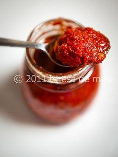 La crema di peperoncini è modo un po' diverso per conservare il peperoncino, che di solito faccio seccare e poi utilizzo ridotto in polvere oppure immerso nell'olio.