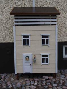 Ilmalämpöpumpun suojakotelo kuin pieni talo   Meillä kotona Christmas Crafts, Garage Doors, Outdoor Decor, Diy, Small Houses, Home Decor, Balcony, Little Houses, Tiny Houses