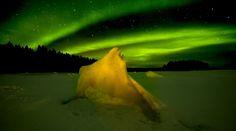 ¿Cómo se ve una aurora boreal desde debajo del hielo?  Las auroras boreales por su majestuosidad son uno de los fenómenos naturales más fotografiados.   Sin embargo no habíamos visto nunca fotografías de cómo se contempla este fenómeno desde debajo de la capa de hielo del Círculo Polar Ártico.