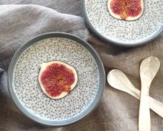 Chia puddings are a bowl packed full of Omega 3 fatty acids! INGREDIENTS: 3 tbsp chia seeds, 1 cup milk of choice (soy, almond, coconut milk etc), ¼ tsp vanilla bean paste Healthy Late Night Snacks, Healthy Bedtime Snacks, Healthy Protein Snacks, Healthy Fats, Eating Healthy, Chia Fresca, Squirrel Food, Secret Squirrel, Raw Food Recipes