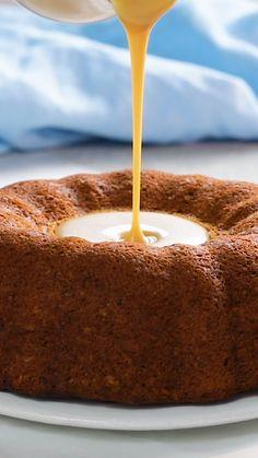 Voici une recette de gâteau à la banane qui se prend pour un volcan avec sa crème caramel. Cette version alternative du banoffee est parfaite pour le dessert ou pour le goûter (ou à tout moment de la journée). C'est une recette facile qui ravira les amoureux de la bananes. Fruit Recipes, Cake Recipes, Vegan Recipes, Dessert Recipes, Cooking Recipes, Tasty Videos, Food Videos, Delicious Desserts, Yummy Food