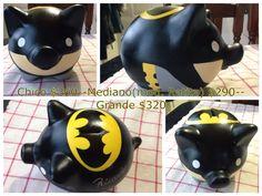 Alcancia personalizada, Batman. Piggy Bank Batman. Hecha por SyM Arts! pedidos por Facebook!! Batman, Personalized Piggy Bank, Pickle Jars, Crafty Kids, Ceramic Painting, New Hobbies, Bat Signal, Superhero Logos, Piggy Banks