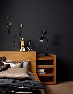 Wandfarben und Möbel in dunklen Farben: Schlafzimmer in warmem Anthrazit