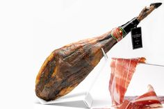 Jamón ibérico puro de bellota Extrem DO maximum continuous quality is made from purebred Iberian pigs reared in its pasture feeding exclusively on acorns and natural pastures in the heart of the Dehesa Extremadura.