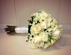ramo de novia en blanco #rosasblancas #bouvardias #rosaspitimini #bodas #novias #wedding #bouquet #weddingbouquet #floristeriakalatea #floristeriamadrid