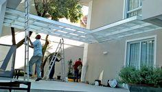 Cobertura vidro ligando casa principal e edícula.