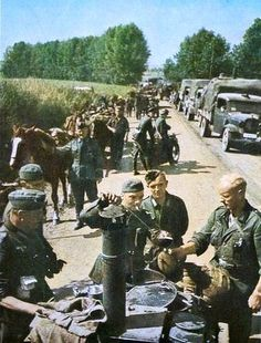 A German field kitchen ('Gulaschkanone') at the side of a roadway in Russia German Soldiers Ww2, German Army, Luftwaffe, Germany Ww2, History Photos, Ww2 Photos, Images Photos, Military Diorama, Military History