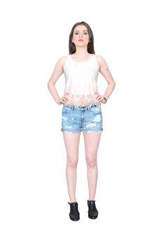 Blusa manga sisa de encaje (color marfil) Shorts denim claro (destroyed)