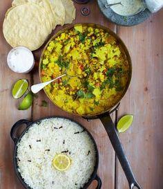 Jamie Oliver - Pikantes Gemüsecurry mit Papadams, Reis und Minzjoghurt