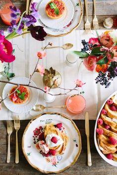 ナチュラルなテーブルに鮮やかな花を飾って。