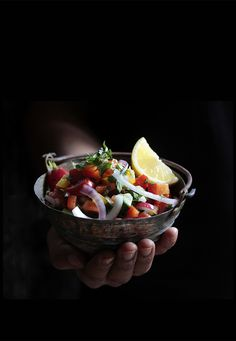 israeli salad in a bowl _ nana meze & wein münchen © vivi d'angelo foodfotografie muenchen