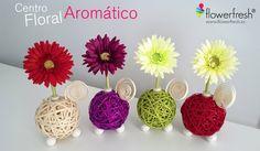 Centro Floral Aromático Flowerfresh modelo Ball. Bola central de 4 colores hecha de tiras de ratán. Cuentan con complementos como espiral y mariquita de madera. Patas esféricas de cristal tintado. Además puedes elegir entre 4 colores de flor y el aroma a evaporar.
