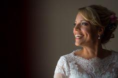 Ein schönes Brautporträt ist oft ganz simpel: gutes Fensterlicht, eine Hotelzimmerwand und das strahlende Lächeln der Braut! #Braut #Brautporträt #Brautkleid