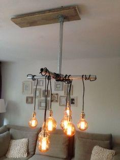 Deze originele lamp is gemaakt van steigerhout in combinatie met steigerbuizen en buiskoppelingen. Kijk op: www.buiskoppelingshop.nl en creëer zelf wat! Chandelier, Ceiling Lights, Lighting, House, Home Decor, Candelabra, Decoration Home, Home, Room Decor
