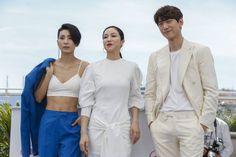 """El actor surcoreano Bang Sungjun, la actriz surcoreana Kim Ok-Vin,  Y la actriz surcoreana Kim Seo-Hyung posan durante el photocall para """"AK-Nyeo"""" (La Villainess)."""