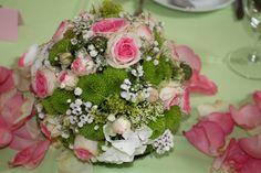 Blumenkugel als Tischgesteck für eine Taufe.  Blumenstängel by Susanne Mangold Besuchen sie uns auf unserer Homepage: www.blumenstaengel.de