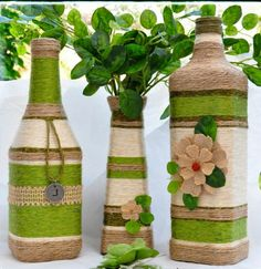 Aqui em casa, sempre temos garrafas de vinho ou de suco de uva por que além Recycled Glass Bottles, Glass Bottle Crafts, Painted Wine Bottles, Yarn Bottles, Bottles And Jars, Wrapped Wine Bottles, Wine Bottle Art, Diy Bottle, Handmade Crafts