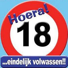 Schild Hoera 18 jaar groot -  Een grote papieren decoratie om op te hangen. Tekst: Hoera! 18 ...eindelijk volwassen!! Afmeting: 50 x 50cm! | www.feestartikelen.nl
