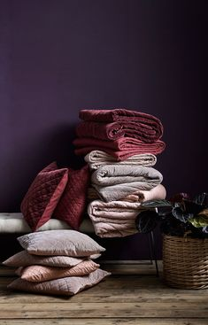 Samt Quilt von Nordal - Home Accents living room Home Interior, Interior Decorating, Interior Design, Dark Purple Bedrooms, Dark Lounge, Feminine Apartment, Dining Room Colors, Living Room Accents, Ideas
