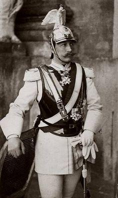 Keizer Wilhelm, vertrekt Duitsland hij wil dat 1 iemand de macht heeft. Hij vind dat hele Weimar Republiek maar onzin waar een regering de macht heeft.