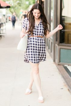 This preppy plaid shirtdress outfit features a navy BB Dakota Cicily Shirtdress styled with white Jack Rogers sandals, a white Vera Bradley Mallory Tote, skinny braided leather belt, and large pearl stud earrings. Click through for the full casual summer Summer Fashion Outfits, Preppy Outfits, Casual Summer Outfits, Preppy Style, Modest Fashion, Preppy Fashion, Fashion Ideas, Fashion Trends, Southern Fashion