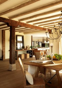 Techo con vigas de madera a la vista - Dining room with original beams and… Luxury Dining Room, Dining Room Design, Contemporary Dining Room Lighting, Modern Lighting, Sweet Home, Porche, Mid Century Modern Decor, Dining Room Inspiration, Rustic Interiors