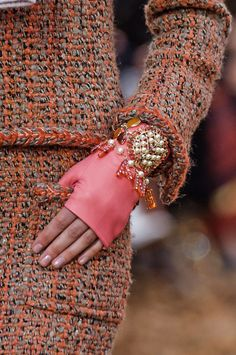 Chanel, Fall 2018 - The Most Fabulous Details From The Parisian Runways For Fall 2018 - Photos Trendy Fashion Jewelry, Fashion Jewelry Necklaces, Fashion Accessories, Skull Jewelry, Jewelry Bracelets, Autumn Fashion 2018, Fashion Week, Fashion Trends, Chanel Fashion