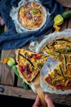 Slané koláče jsou teď vlétě naprosto prima věc. Jsou jednoduché, dají se vzít na cesty, na piknik a jejich náplně se dají měnit vždy podle toho, co máte doma nebo vám právě roste na zahrádce. Teď vlétě máme plnou lednici cuket a rajčátek, takže jsme se rozhodli přidat na blog právě tuto vegetariánskou vkombinaci svýrazným fetasýrem. Bezlepkové těsto jako základ na slaný koláč jsme připravovali snad na třikrát. Atahle verze unás vyhrála. Velmi dobře se sní pracuje a zároveň její chuť… Quiche, Ham, Tacos, Gluten Free, Mexican, Ethnic Recipes, Foodies, Party, Glutenfree