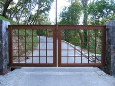 These driveway gate design ideas are totally inspiring and will drop your jaw! Metal Driveway Gates, Driveway Fence, Driveway Entrance, Metal Gates, Wooden Gates, Front Gates, Fence Gate, Entrance Gates, Fencing