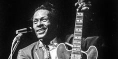 """Voici dix parmi les principales chansons qui ont marqué le parcours de Chuck Berry, l'immense chanteur, auteur, guitariste mort samedi 18 mars. Il a connu le succès en 1955 avec """"Maybellene"""", vendu à plus d'un million d'exemplaires, suivi notamment par """"Roll over Beethoven"""" et """"Johnny B. Goode""""."""