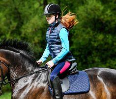 Die stilvolle Saltaire Reitweste weist Wasser, Schmutz und Haare ab, sodass du ebenso funktionell wie modisch daherkommst. Zwei verdeckte rückwärtige Schlitze und ein Zweiwege-Reißverschluss tragen zum Komfort der Weste bei. #HarryHall #englishequetstrian #english #equestrian #reiten #reiter #pferd #reitausrüstung www.englishequestrian.com