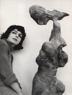 Alina Szapocznikow avec son oeuvre Naga (Nu), 1961