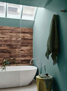 5 COMBINACIONES DE COLORES EN TENDENCIA PARA INCLUIR EN LA DECORACIÓN DE TU CASA – Diseño e Interiorismo Online Green Paint Colors, Dulux Paint Colours Bathroom, Dulux Australia, Bathroom Trends, Kitchen Trends, Bathroom Ideas, Color Trends, Colorful Interiors, Color Palettes