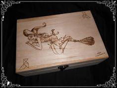 Caja pirografiada decorada con el dibujo de una bruja...