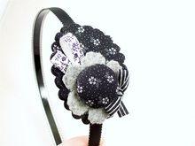 BIXUT- Diadema realizada en tela, lazo, fieltro y botón forrado de tela. Brooch, Jewelry, Fashion, Tela, Covered Buttons, Head Bands, Hair Bows, Felting, Moda