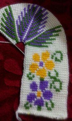 Bir birinden güzel bayan patik modelleri, bebek patik modellerini burada sizler için paylaştık. Umarım beğenir paylaşırsınız yaptığınız çalışmaları bizler ile paylaşabilirsiniz. Crochet Santa, Free Crochet, Knit Crochet, Christmas Squares, Repeat Crafter Me, Knitted Slippers, Tunisian Crochet, Crochet Blouse, Cross Stitching