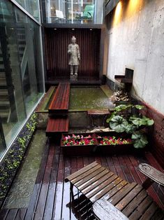 A Zen courtyard. Am very inclined to have myself a little bit of outdoor Zen. Or a Balinese style... Stay posted!