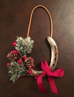 crafts Beautiful And Creative Christmas Horseshoe Ornaments - Onechitecture Use Creativity To Im Horseshoe Christmas Tree, Christmas Horses, Cowboy Christmas, Rustic Christmas, Christmas Crafts, Christmas Ornaments, Western Christmas Decorations, Christmas Holiday, Horseshoe Projects