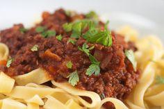 """Traditionell wird Puttanesca mit Spaghetti im """"Stil der Freudenmädchen"""" serviert. Woher das kommt, ist nicht endgültig geklärt. Auf jeden Fall ist es ein einfach und schnell zu kochende…"""