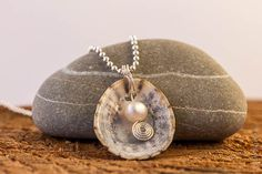 Shell & pearl pendant; wire work; http://de.dawanda.com/shop/Miaba