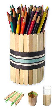 Este sería un regalo perfecto para que lo utilicen en la oficina. Portalapices de madera:  Palitos de helado (en color madera y tambien de colores) Silicon liquido o frio y una lata o vaso plástico. Para decorar puedes usar una cinta.