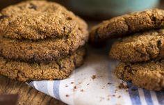 mini menor      Cookie de Aveia      Ingredientes      1 ½ xícara (chá) de farelo de aveia      1 ½ xícara (chá) aveia fina      1 ovo      5 colheres (sopa) de manteiga sem sal      1 xícara (chá) de açúcar refinado      1 colher (sopa) fermento em pó      Água fria se necessário      200g de chocolate meio amargo picado