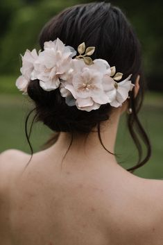 The Monet is the epitome of romantic bridal styling. The soft blush tones are framed by golden leaves on this exquisite bridal hair piece. Blush Bridal, Bridal Updo, Headpiece Wedding, Wedding Veils, Bridal Headpieces, Romantic Updo, Romantic Hairstyles, Monet Hair Products, Colored Wedding Dresses