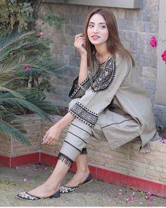 Beautiful Pakistani Dresses, Pakistani Dresses Casual, Pakistani Dress Design, Fancy Dress Design, Stylish Dress Designs, Designs For Dresses, Stylish Dresses For Girls, Simple Dresses, Casual Dresses