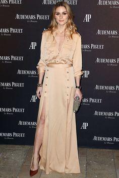 Olivia Palermo - vestido camisero de color champagne, de Self-Portrait; salones de color burdeos de piel de cocodrilo y clutch metalizado.